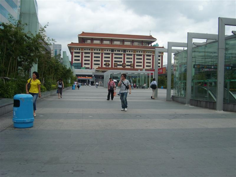 Train station in Luo HU , going to Hong Kong from there as well