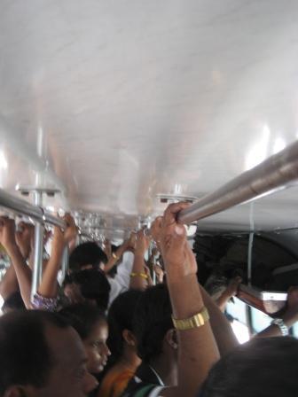 non A/C Bus ... total überfüllt, wir standen auch die 2h Fahrt