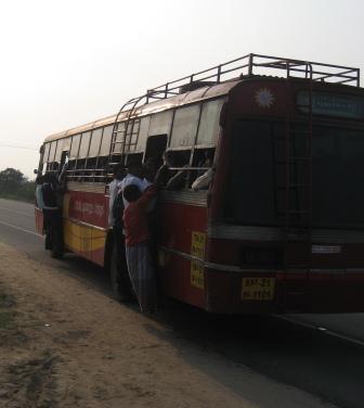 Nachdem wir ausgestiegen waren haben min. nochmal 10 Leute den Bus gestürmt und die, die da dran hängen haben bis Pondi (2h Fahrt) sicher keine Chance in den Bus zu kommen