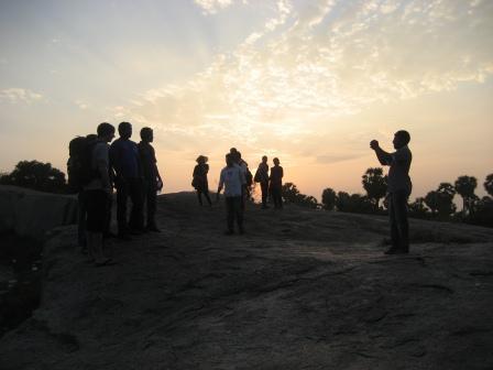 Posing für ein Foto mit wildfemden Indern. Weiße auf Urlaubsfotos sind halt begehrt.