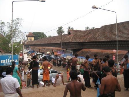 Vor dem Shri Padmanabhaswamy-Tempel. Reges treiben der Pilger