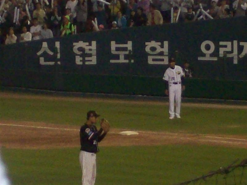 Lotte Giants (black) vs Doosan Bears