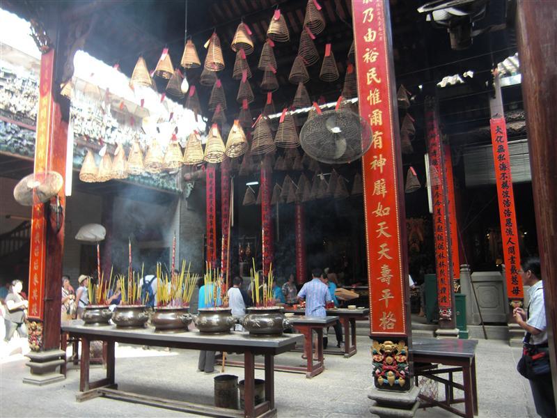 Quema incienso y cuelga tu promesa en el techo del templo
