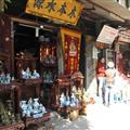 La calle de los altares budistas