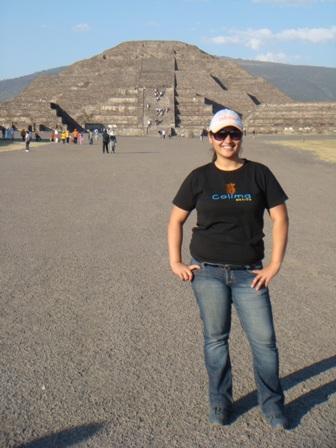 de fondo la Pirámide de la Luna