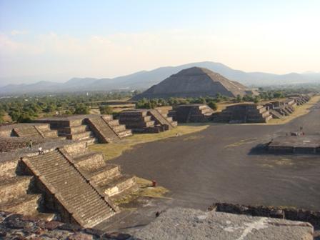 de fondo la Pirámide del Sol