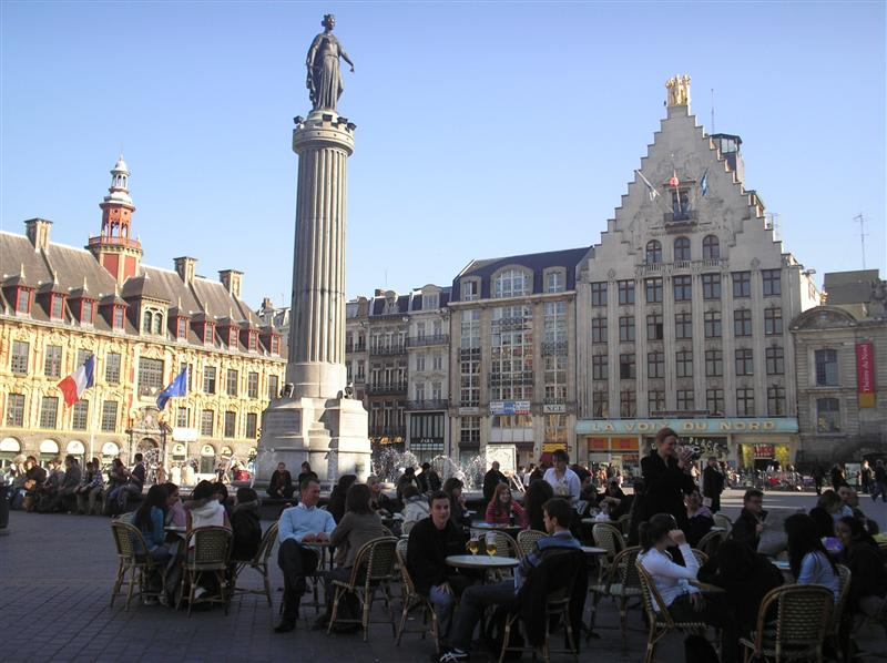 everyone enjoying a drink in the grand place