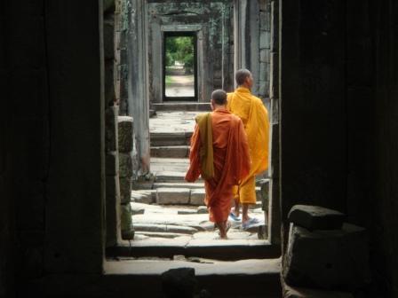 Moenche im Tempel