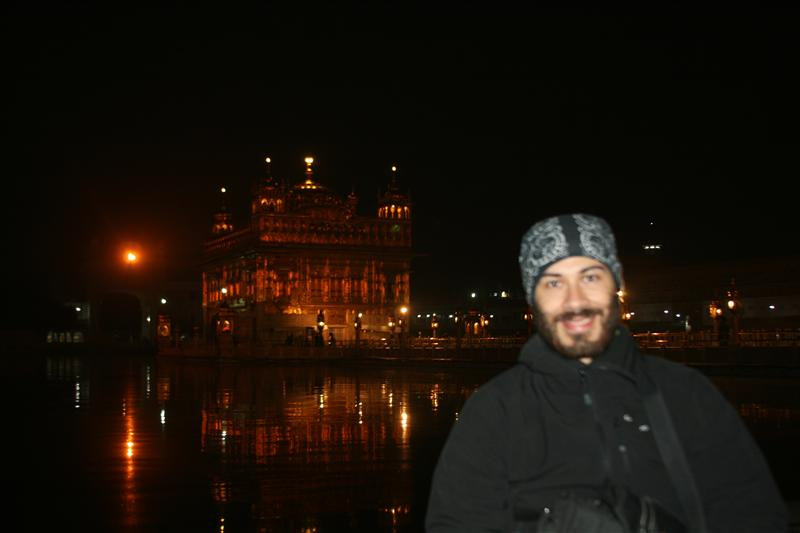 Jose Pablo disfrutando la vista del Templo Dorado / Jose Pablo enjoying the view of the Golden Temple