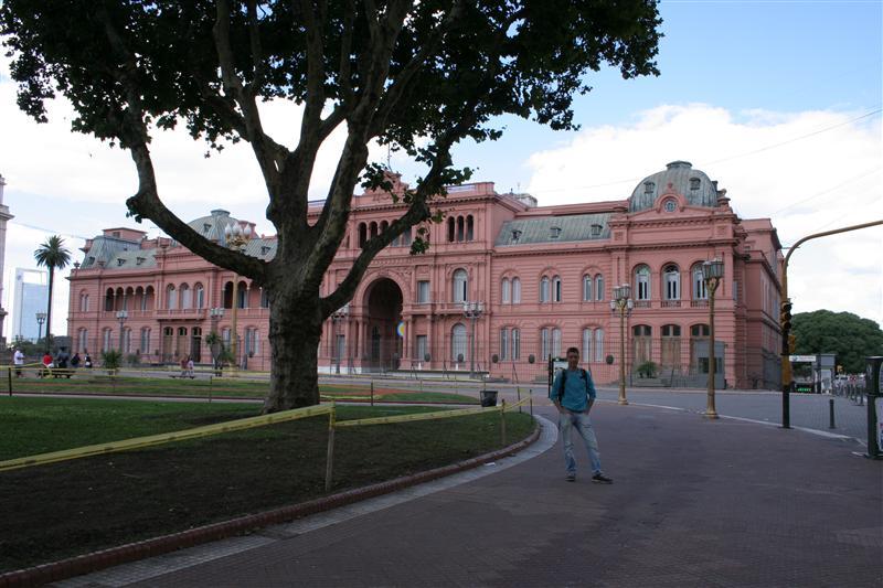 Casa Rosada mit Streuner davor